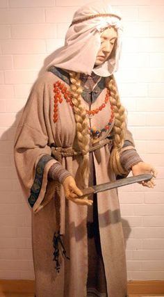 Anglo Saxon costume ~ Anglo-Saxon female clothing and artifacts based upon discoveries in the Buckland cemetery, located on the outskirts of modern Dover, England. Anglo Saxon Clothing, Celtic Clothing, Medieval Clothing, Female Clothing, Medieval World, Medieval Fantasy, Historical Costume, Historical Clothing, Historical Photos