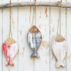 3 PESCI realizzati in legno di recupero naturale colorato con rondella in ferro … 3 FISH made of natural colored reclaimed wood with iron washer as eye. Dimensions: The fish have two slightly different sizes and shapes: 19 cm x… Sigue leyendo → Fish Art, 3 Fish, Driftwood Crafts, Driftwood Fish, Fish Crafts, Wooden Hearts, Wood Colors, Coastal Decor, Wood Projects