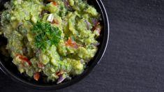Guacamole, sos delicios cu avocado, hranitor si gata in 5 minute 🏠 Casu... Guacamole, Avocado, Mexican, Ethnic Recipes, Food, Gatos, Lawyer, Essen, Eten