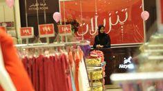 Las históricas elecciones en Arabia Saudita en las que las mujeres votan por primera vez - BBC Mundo Pequeños cambios son visibles incluso en los centros comerciales, donde se puede ver mujeres trabajando.