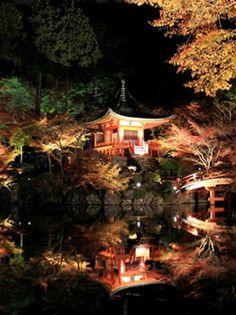 京都市北西部に位置し、京都屈指の紅葉の名勝として親しまれる「三尾」こと高雄・槇尾・栂尾。その高雄山の中腹にある神護寺は、清滝川にかかる高雄橋から紅葉のトンネルをくぐって辿り着く、道のりも美しい古刹です。開山、和気清麻呂の私寺とされる神願寺と高雄山寺という二つの寺院が天長元年(824年)に合併し、寺号「神護国祚真言寺(じんごこくそしんごんじ)」、略して神護寺と改められました。空海(弘法大師)が真言密教の礎を築いた寺として高名で、東寺、高野山金剛峰寺に並ぶ真言密教の寺院です。幾度の荒廃の後に見事復興し、国宝の薬師如来像をはじめ、平安時代や鎌倉時代から伝わる寺宝を数多く保有。また、境内の一番奥にある地蔵院の庭から、素焼きの皿を投げる「かわらけ投げ」も人気。錦雲峡に向けて思いっきり皿を投げれば、厄除け効果も期待できそうです。