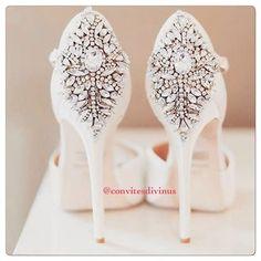 Inspiração de sapato de noiva ... Amei um luxo só 😍🔹Acesse nosso site, temos Convites 💌 a partir de R$1,29 cada 😻 corra e simule uma compra sem compromisso: www.convitesdivinus.com.br 🔹Dúvidas: contato@convitesdivinus.com.br 🔹#casamento #convites #convite #convitelindo #convitediferente #convitesdecasamento #noiva #noivas #noivado #voucasar #convitesdivinus #wedding #invitation #sapatos #sapatodenoiva