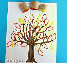 Árvore de Outono com folhas feitas a partir de molde de rolo de papel higiénico