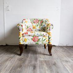 Das Prachtstück!   Unser britischer Ladychair erscheint neu gepolstert und aufgearbeitet in neuem Glanz!   Aus der Altbauwohnung einer älteren, adretten Dame wurde dieser wunderbare Sessel geborgen. Was mag die Dame wohl persönlich erlebt haben?   Bald in unserem Shop auf www.locadoro.de erhältlich. Wir freuen uns auf Ihren Besuch!