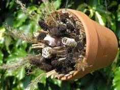Heel simpel om zelf te maken: een bijenhotel. Stop in een bloempot allerlei droogbloemen waar bijen een plekje kunnen vinden zoals kleine bamboestengels.