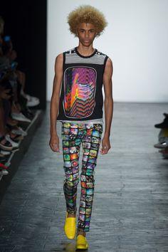 Jeremy Scott hace revisión de 1980 modas para la primavera 2016