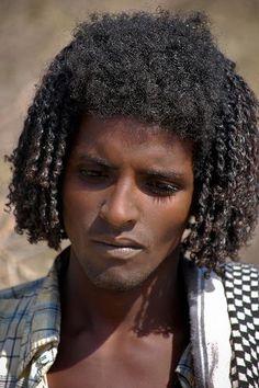 Hadendowa man. Much like his ancestor, Pharaoh Merenptah, he does not grow much beard, nor are their bodies hairy.