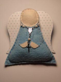 Sachê em forma de anjinho de feltro com mini terço e asinhas em papel de scrap 180gr Para alteração de cores, basta especificar na hora da compra. Medidas: 7,5cm x 9cm R$4,30