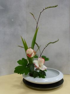 les bouquets - Art floral japonais Arrangement Floral Ikebana, Arrangements Ikebana, Beautiful Flower Arrangements, Romantic Flowers, Amazing Flowers, Floral Arrangements, Deco Floral, Arte Floral, Ikebana Sogetsu