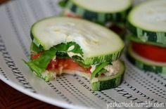 Komkommer sandwich, met tonijnsalade ertussen aangevuld met sla en tomaat.
