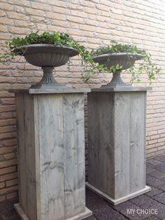 Wooden risers for planters to sit on Garden Urns, Garden Gates, Back Gardens, Outdoor Gardens, Front Porch Planters, Garden Styles, Garden Inspiration, Garden Furniture, Beautiful Gardens