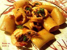 Paccheri gamberi e calamari.I paccheri sono un tipo di pasta tradizionale napoletana,in genere accompagnati da sughi succulenti,io qui vi propongo il sugo con gamberi e calamari.