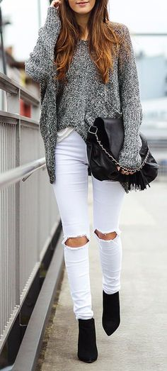 Cute Fall Outfit Idea Knit Oversized Sweater Plus Black Bag Plus White Ripped Jeans Plus Boots - Women's Style - Outfits White Ripped Jeans, White Jeans Outfit, White Pants, Skinny Jeans, White Denim, Black White, Holey Jeans, How To Wear White Jeans, White Skinnies
