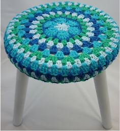 Red blue com verde Crochet Pouf Pattern, Crochet Mat, Crochet Cushions, Crochet Round, Love Crochet, Crochet Granny, Crochet Gifts, Crochet Flowers, Crochet Patterns