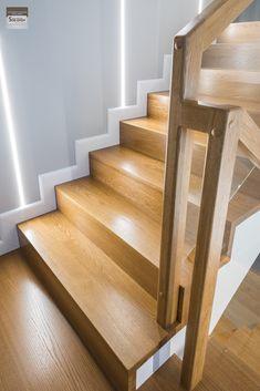 Schody dywanowe, balustrada szklana. Realizacja w Rybniku – Sob-Drew Schody drewniane Wooden Staircase Design, Interior Stair Railing, Stair Railing Design, Home Stairs Design, Wooden Staircases, House Design, Stairs In Living Room, House Stairs, Ideas Hogar