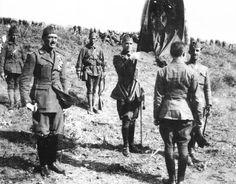 Crisis de Marruecos. Juramento a la bandera de los primeros legionarios. A la izquierda, Millán Astray, y a la derecha, Franco
