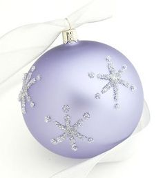 How pretty! To create these charming free-form stars, draw the pattern with glue and sprinkle with glitter. Easy Christmas Ornaments, Easy Christmas Decorations, Noel Christmas, Handmade Ornaments, Christmas Balls, Handmade Christmas, Christmas Ideas, Christmas Wrapping, Coastal Christmas