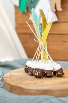 Super einfache Geburtstagstorte mit Baumrindenoptik und DIY für ein Marshmallow-Tipi perfekt für einen Abenteuer- oder Entdecker-Geburtstag Company Party, 12th Birthday, Birthday Ideas, Partys, First Birthdays, Party Themes, Snacks, Food, Wild Life