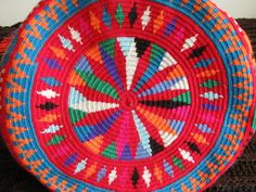 This is one of the colorful bags woven by women of the Wayuu ethnic group. Most weavers of La Guajira (Colombia) make their tissues based . Mochila Crochet, Tapestry Crochet Patterns, Crochet Handbags, Knitted Bags, Basket Weaving, Crochet Toys, Knitting Projects, Cross Stitch Embroidery, Auction Ideas