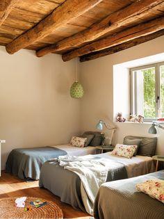 cameretta dal design rustico con soffitto in legno
