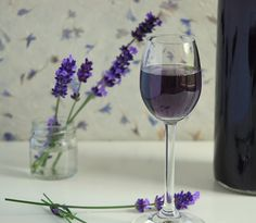 Cocktail Drinks, Alcoholic Drinks, Malva, Flower Food, Hungarian Recipes, Lavender Flowers, Lavender Fields, Lilac Color, All Things Purple