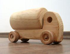 Hank le petit pétrolier  ravitailleur jouet en bois par TrickTruck
