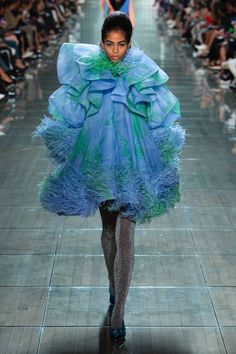 Marc Jacobs sent some incredible looks down the runway at Fashion Week this year. Here are my favorites from the Marc Jacobs Spring 2018 collection. Couture Mode, Style Couture, Couture Fashion, Runway Fashion, Spring Fashion Trends, Spring Trends, Fashion Week, New York Fashion, Women's Fashion