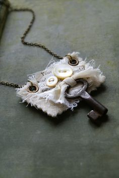 Mixed Media Textile Pendant with Antique Key -- Handmade in Ireland.   Pinterest de Cíça Mora