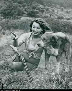 Sofia Loren con un cane a caccia - Grognards Sophia Loren, Loren Sofia, Sophia Sophia, Hollywood Stars, Classic Hollywood, Old Hollywood, Famous Dogs, Famous People, Into The Wild