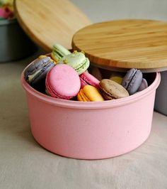 Il portabiscotti Zuperzozial è un contenitore della collezione Raw Earth, realizzato in fibra di bamboo e amido di mais con coperchio in bamboo. Adatto alla lavastoviglie e 100% biodegradabile. Cookie Box, Cereal Bowls, Macarons, Biodegradable Products, Biscuits, Cool Designs, Lovers, Kitchen, Cutlery