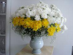 Vaso extra grande com Crisantemos amarelos e brancos com Gipse branco 90x80cm Chrysanthemum, Grande, Table Decorations, Home Decor, Floral Arrangements, Flower Arrangements, Yellow Chrysanthemum, White Chrysanthemum, White Flowers