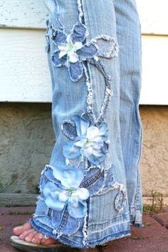 Embellishing jeans by cutting little strips of blue denim fabric and sewing strips in middle of pants in the design you want. Jean Crafts, Denim Crafts, Fabric Crafts, Sewing Crafts, Sewing Projects, Fabric Glue, Diy Clothing, Sewing Clothes, Diy Clothes Jeans