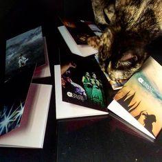 Minha gata Hanna examinando as lindas cadernetas personalizadas que a @bacanuda fez para o nosso workshop! Ficaram muito lindas!!!  Obrigada @lu_barcelos!  #bacanuda #bacanudinhas #ws #workshop #clauamorim #claudiaamorim