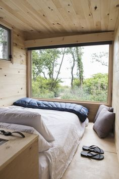 Getaway: Instant Camping for the Millennial Set It was only a matter of time before millennials disrupted camping: College friends Pete Davis and Jon Staff launched Getaway in 2015 based on the idea that Tiny House Cabin, Tiny House Living, Tiny House Design, Tiny House Bedroom, Tiny Cabins, Cabin Homes, Casas Containers, Home Interior Design, Small Spaces