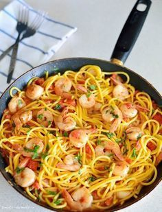 Spaghete cu creveţi, sos de roşii şi usturoi Spaghetti, Food And Drink, Cooking Recipes, Foods, Ethnic Recipes, Sweets, Food Food, Food Items