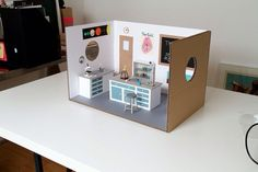 Miniature Science Laboratory - Artist Kyle Bean has created a unique miniature library made of cardboard. From test tube to microscope and other apparatus everything is made of cardboard. Barbie House Furniture, Dollhouse Furniture, Diy Dollhouse, Dollhouse Miniatures, Barbie Diorama, Medical Laboratory, Doll Display, Miniture Things, Doll Crafts