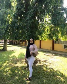 Imej mungkin mengandungi: 1 orang, berdiri, pokok, luaran dan alam Beautiful Hijab, Beautiful Women, Beautiful Things, Muslim Faith, Arab Women, Girl Hijab, Muslim Girls, Covergirl, Cute Girls
