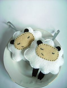 Felt sheep ornament. I need to make these!!
