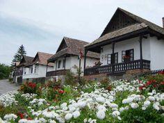 Virágba borult főutca Hollókőn (fotó: geocaching.hu)