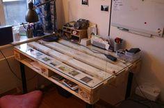 Matériels une palette une plaque de verre ou de plexi 4 pieds de bureau Outils Tournevis Temps de réalisation: 30 min Description Etape 1 Fixer les pieds sur la palette. Ils doivent être bien...