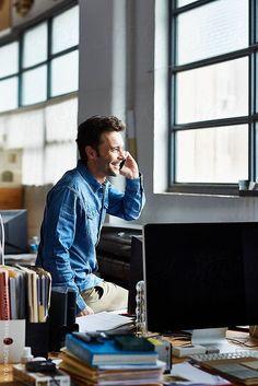 Man woking in the office | Inspiration für ausdrucksstarke Businessfotografie im natürlichen Arbeitsumfeld | Inspiration Pose für ein Fotoshooting in dem Deine Persönlichkeit rüber kommt. |  Businessfotografie Männer -  Idee für Webseite, Blog Porträt oder Bewerbungsfoto | arbeiten im Büro, am telefonieren mit dem Handy  | Environmental Portraiture