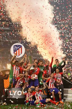 Gabi and Fernando Torres of Atletico Madrid lift the trophy with their team-mates at the end of the UEFA Europa League Final between Olympique de Marseille and Club Atletico de Madrid at Stade de. Get premium, high resolution news photos at Getty Images Football Love, Football Is Life, Football Photos, Football Players, Real Madrid Wallpapers, Antoine Griezmann, Football Wallpaper, Play Soccer, Europa League