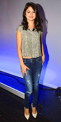 Selena Gomez always looks flawless! We love how she dresses up her distressed skinny jeans with a pair of pumps and a glitzy top!