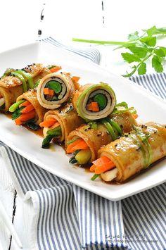 Fish cake rolls with vegetables Clean Eating, Healthy Eating, Food Design, Kids Meals, Easy Meals, K Food, Home Food, Korean Food, Food Plating