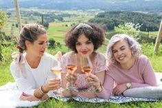 """Intercoiffeur Mayer hat daher die schönsten Trendfrisuren für den Herbst, die Landlust mit Haarkunst verbinden. Andreas Mayer: """"Perfekt für wunderschöne Stunden in der Natur sind lässige Hochsteckfrisuren, zum Beispiel der gesteckte Chignon."""" Andreas, Trends, Alcoholic Drinks, Lifestyle, Rose, Autumn, Nature, Nice Asses, Pink"""