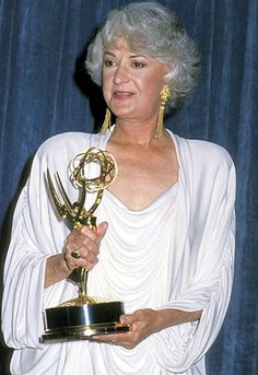 Beautiful Bea Arthur, holding the Emmy she won for playing queen of sarcasm Dorothy on The Golden Girls. Golden Girls, Bea Arthur, Betty White, Star Pictures, Oscar Winners, Film Awards, Tv Guide, Just Smile, Classic Tv
