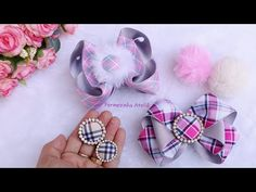 Como fazer pompom de pelúcia e botom - Poly Formozo - YouTube Diy Hair Bows, Ribbon Hair, Headband Hairstyles, Diy Hairstyles, Pom Pom Crafts, Bow Wow, Bow Tutorial, Headbands, Women Accessories