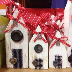 Χειροποίητο ξύλινο σπιτάκι. Υγεία και χαρά στο σπίτι σας με ένα γούρι για το 2016. Christmas Projects, Christmas Crafts, Wooden Houses, Little Houses, Nurseries, Wood Blocks, Craft Fairs, Driftwood, Wood Signs