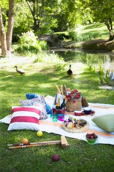 Simple summer set up complete with delicious picnic food, a bottle or two of wine, and lush green scenery These ideas will help you make the most of your al fresco meals. Picnic Date, Beach Picnic, Summer Picnic, Picnic Menu, Picnic Images, Family Picnic Foods, San Valentin Ideas, Green Scenery, Backyard Camping