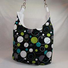 Lucie bubliny chodíte cvičit nebo jen máte ráda velké tašky? pak právě pro vás je určena tato taška oblíbeného pytlovitého střihu ušitá z oblíbené bavlněné látky s motivem bublin v šedé,bílé,tyrkysové a zelené barvě a bílé koženky taška má zipové zapínání posunovatelný popruh k nošení tašky křížem spodní oválné dno je z bílé  koženky,vzytužené ...
